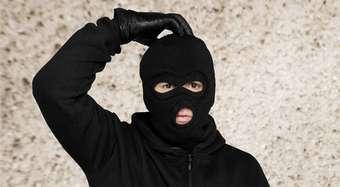 В Северодвинске осуждены налётчики в масках, угрожавшие продавцу канцелярским ножом