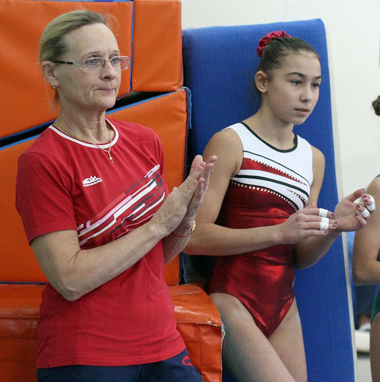 тренер и ученица спортивная гимнастика